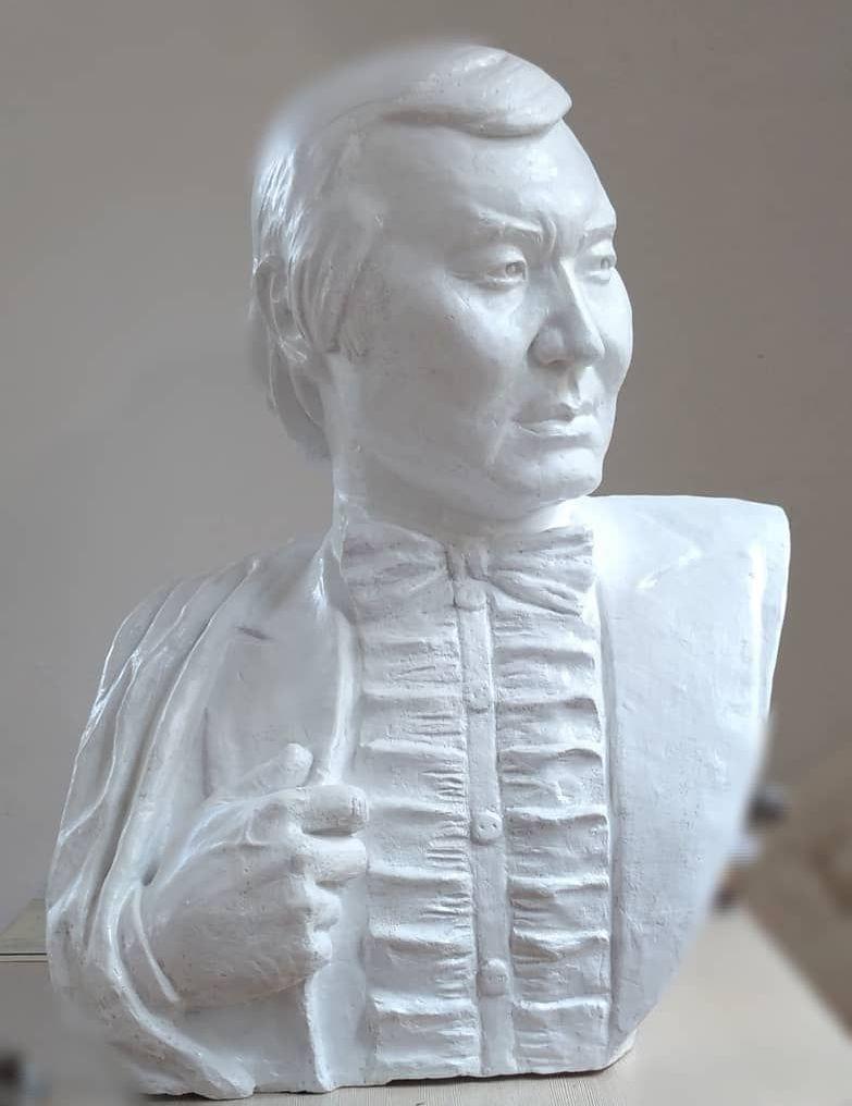 Скульптура народного артиста СССР Булата Минжилкиева, работа Тамилы Маматовой