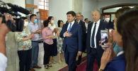 Кубатбек Боронов принял пост Главы Правительства от своего предшественника Мухаммедкалыя Абылгазиева в Доме Правительства Кыргызской Республики.