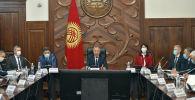 Премьер-министр Кубатбек Боронов орун басарлары жана өкмөт аппаратынын бөлүм башчыларынын катышуусунда биринчи кеңешме өткөрдү.