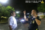 Бывший офицер департамента полиции Атланты Гарретт Рольф проводит полевой тест на трезвость 27-летнего Райшарда Брукса на стоянке в ресторане у Венди в Атланте, Джорджия. США, 12 июня 2020 года