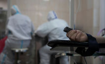 Рука пациента в больничной палате. Архивное фото
