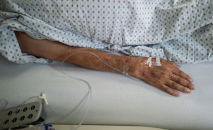 Пожилой пациент лежит на койке. Архивное фото