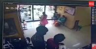 В Индии посетительница банка случайно врезалась в стеклянную дверь, от полученных травм она скончалась в больнице.