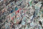 Долларовые банкноты на стене. Архивное фото