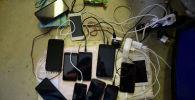 Смартфоны на зарядке. Архивное фото