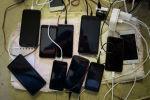 Сотовые телефоны на зарядке. Архивное фото