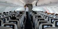 Пассажир в медицинской маске в самолете. Архивное фото