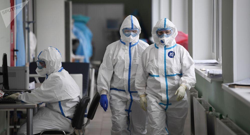 Медицинские работники в приемном покое госпиталя COVID-19. Архивное фото