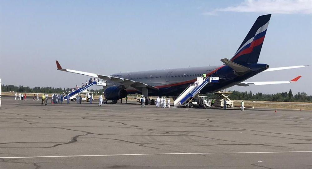 Самолет в международном аэропорту Манас в котором прибыли 325 кыргызстанцев из Москвы