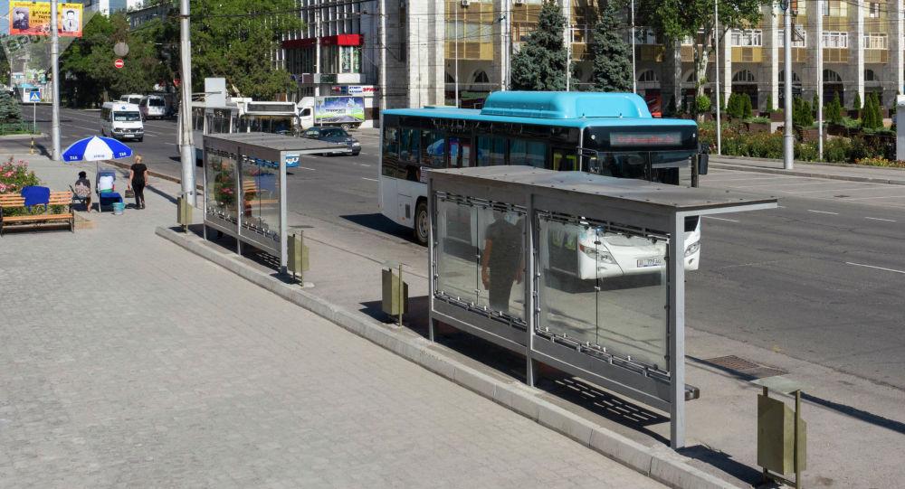 Автобус у остановки напротив площади Ала-Тоо в первый день работы общественного транспорта в Бишкеке после чрезвычайного положения