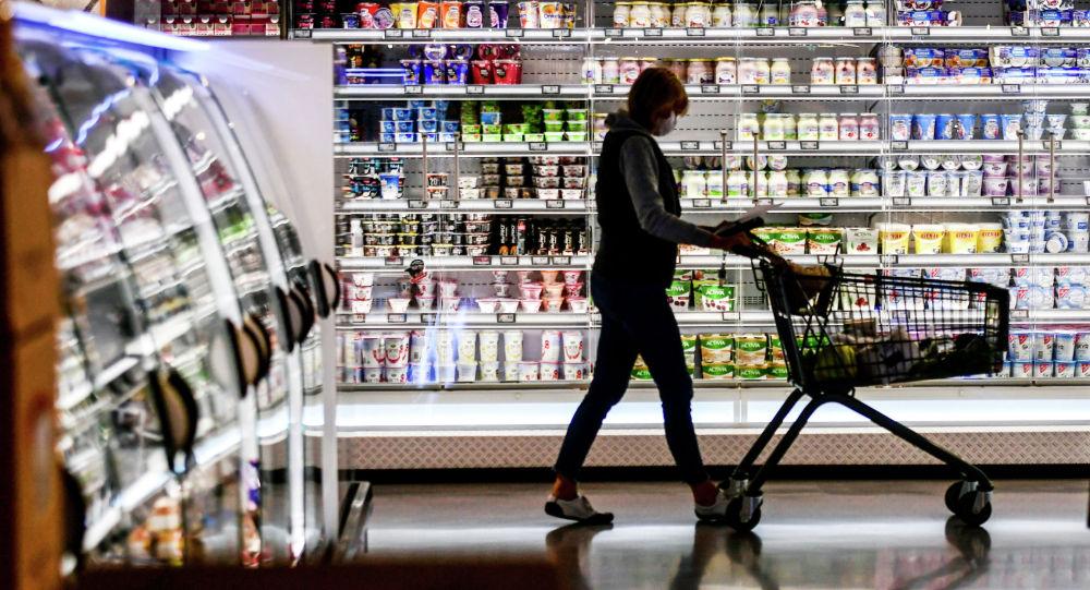Девушка в супермаркете. Архивное фото