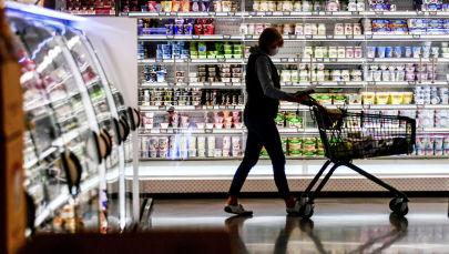 Девушка в медицинской маске в супермаркете. Архивное фото