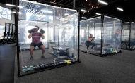 персональные кабинки для тренировок в фитнес-центре. Архивное фото