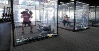 В одном из калифорнийских фитнес-центров после карантина появились персональные кабинки для тренировок.