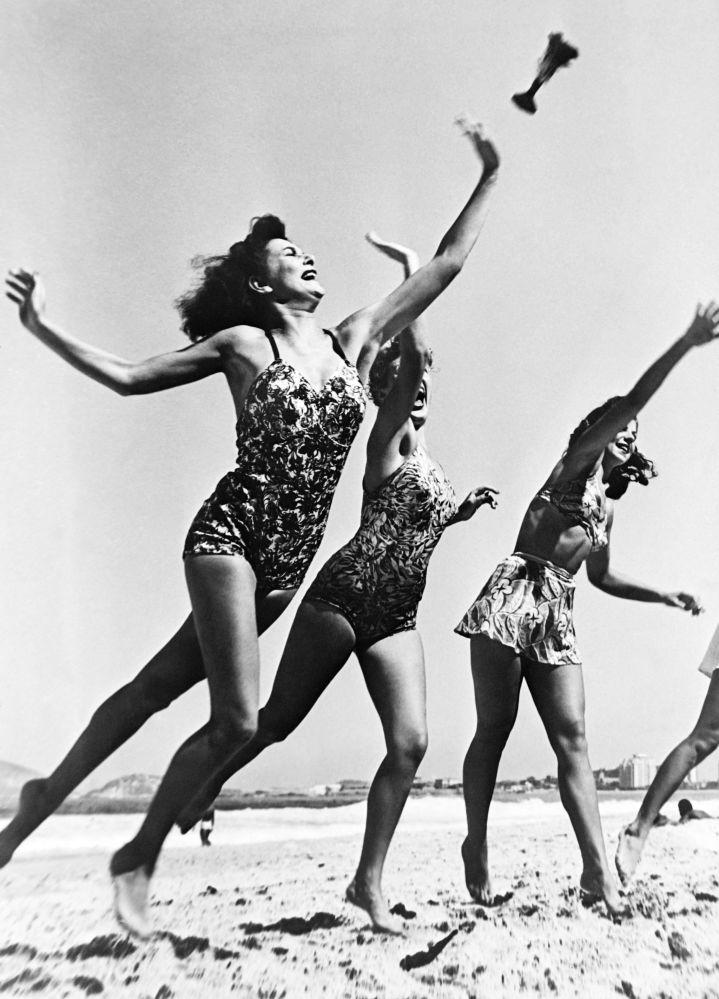 Девушки играют на пляже Копакабана в Рио-де-Жанейро. 1946