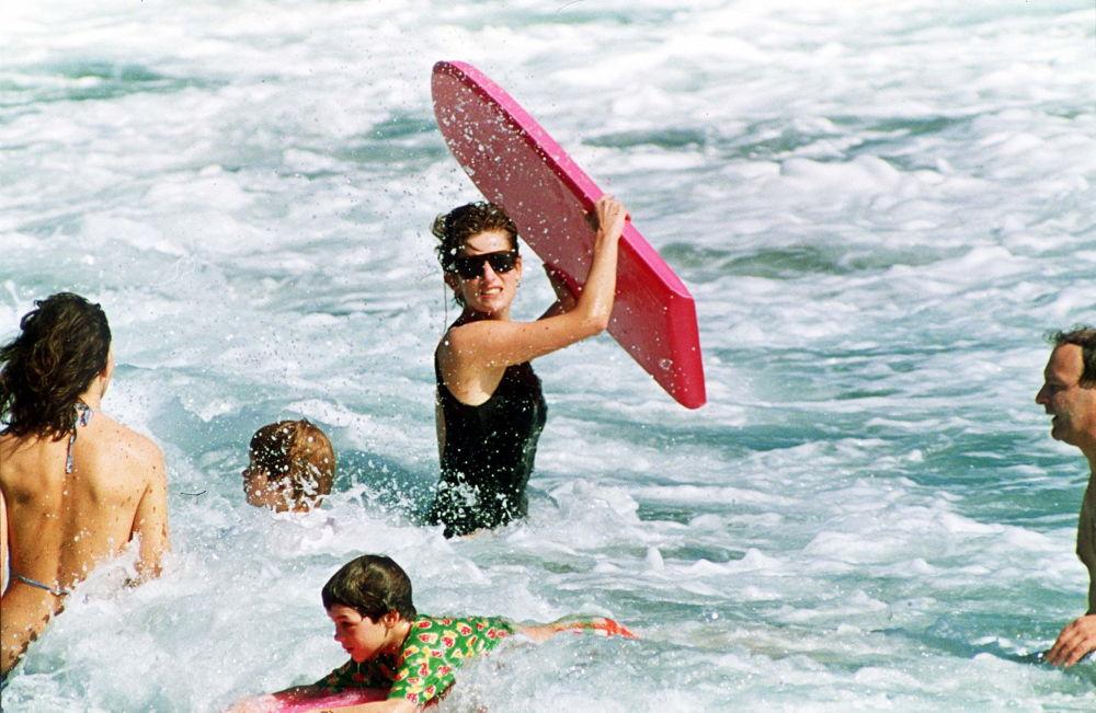 Принцесса Уэльская Диана во время купания в море. 1993
