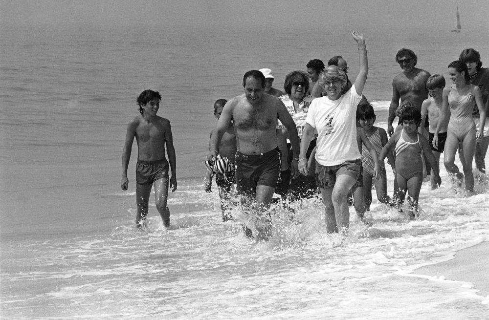 Американский политик Джеральдин Ферраро во время отдыха на пляже. 1984
