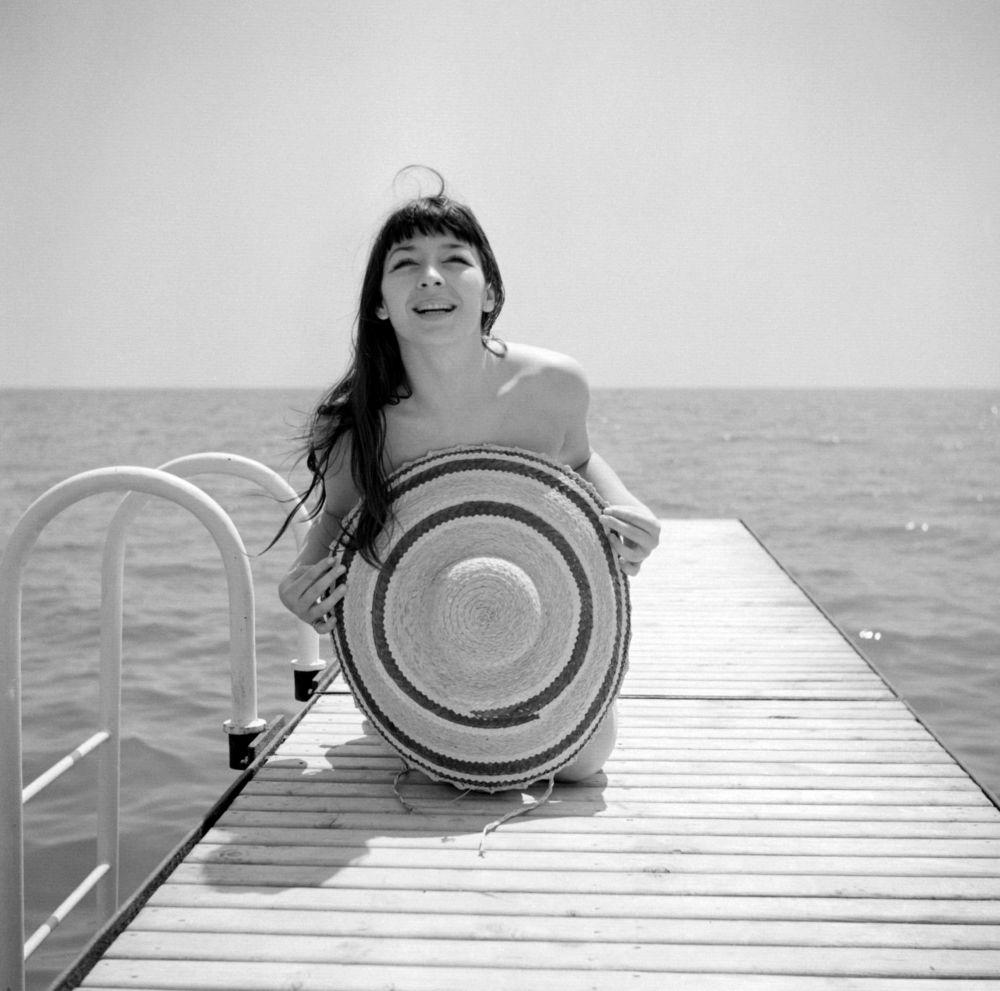 Французская певица Жюльетт Греко на пляже. 1951