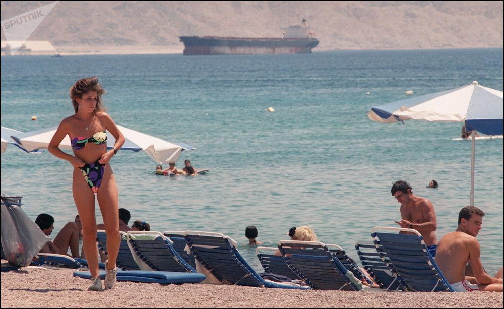 Девушка на пляже в Эйлате (Израиль). 1990