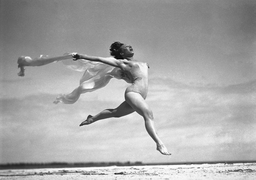Киноактриса и танцовщица Салли Рэнд на пляже во Флориде. 1936