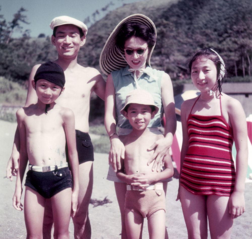 Бывший премьер-министр Японии Юкио Хатояма с семьей на пляже. 1950-е