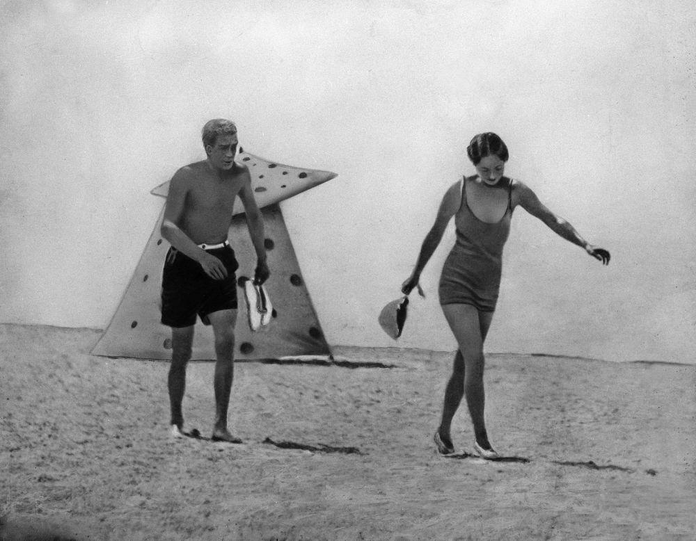 Герцог Виндзорский и Бесси Уоллис Симпсон на пляже во Франции. 1934