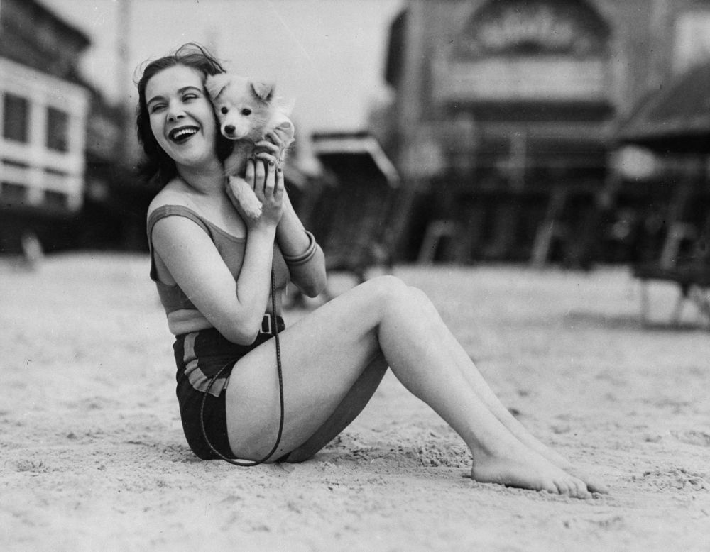 Любовница гангстера Джека Легс Даймонда — Марион Кики Робертс позирует на пляже. 1932