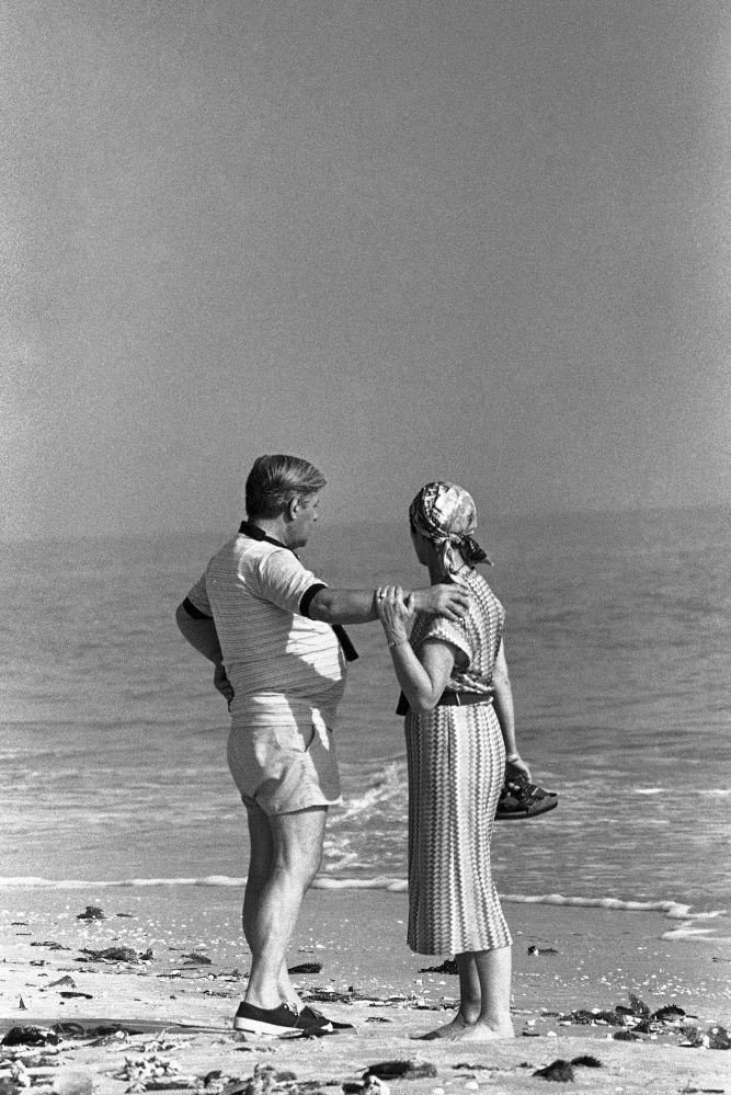 Бывший федеральный канцлер Германии Гельмут Шмидт с женой на пляже во Флориде. 1981