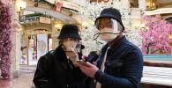 Туристы в защитных масках. Архивное фото