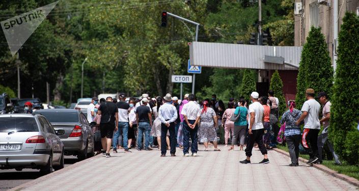 Митинг с требованием решить вопрос с трансформацией земельных участков у Дома правительства в Бишкеке