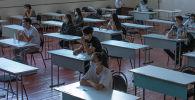 Абитуриенты во время экзамена в Бишкеке. Архивное фото