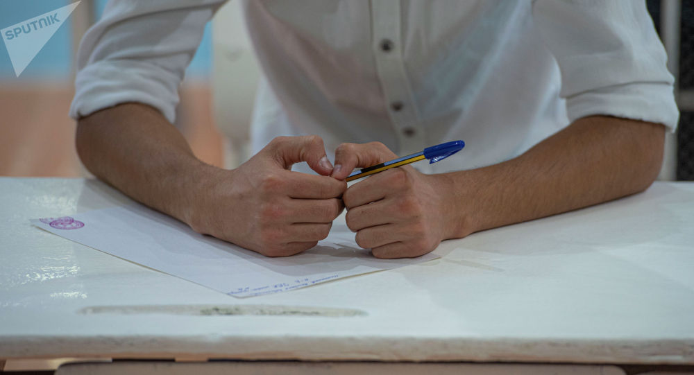 Абитуриент перед началом общереспубликанского тестирования. Архивное фото