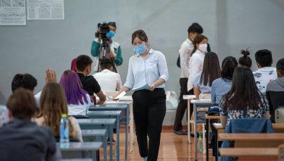 Раздача экзаменационного материала перед началом общереспубликанского тестирования в Бишкеке. Архивное фото