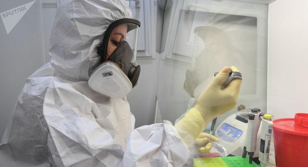 Сотрудник лаборатории во время работы. Архивное фото