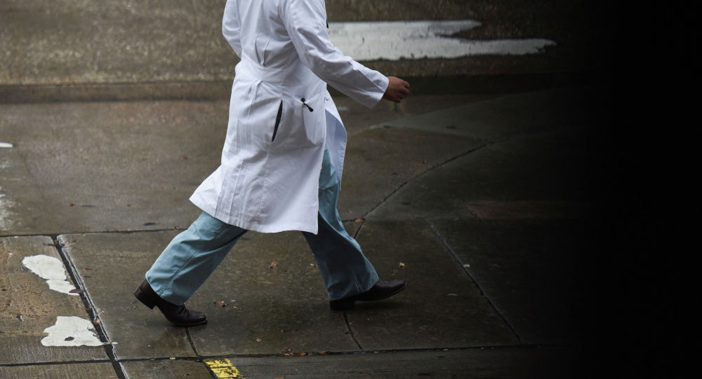 Медициналык кызматкер ишге бара жатат. Архив