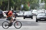 Велосипед тепкен киши Бишкектин жолунда бара жатат. Архив