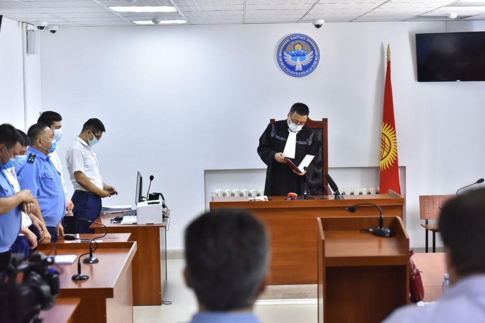 Алмазбека Атамбаева приговорили к 11 годам и двум месяцам заключения. Сам он не присутствовал на заседании и отказался выступить с последним словом. Политик по-прежнему считает действия суда незаконными, называя происходящее игрой, которую навязали власти.