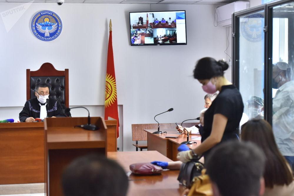 Судья Эмилбек Каипов во время вынесения приговора по делу о незаконном освобождении криминального авторитета Азиза Батукаева в Бишкеке