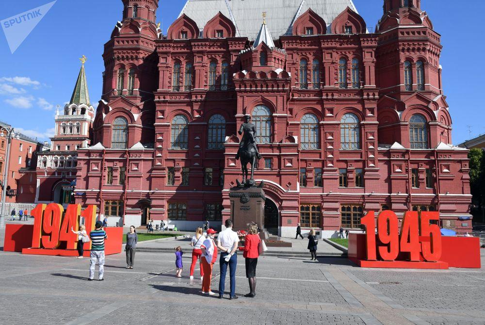 Москва шаарындагы маршал Георгий Жуковдун эстелигинин жанындагы көрүнүш