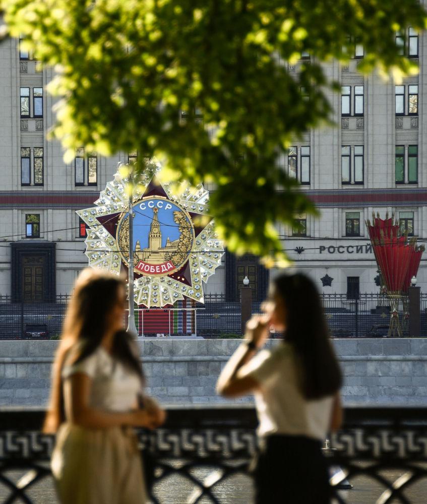 Парадга карата Россиянын Коргоо министрлигинин штаб-квартирасы дагы кооздолду
