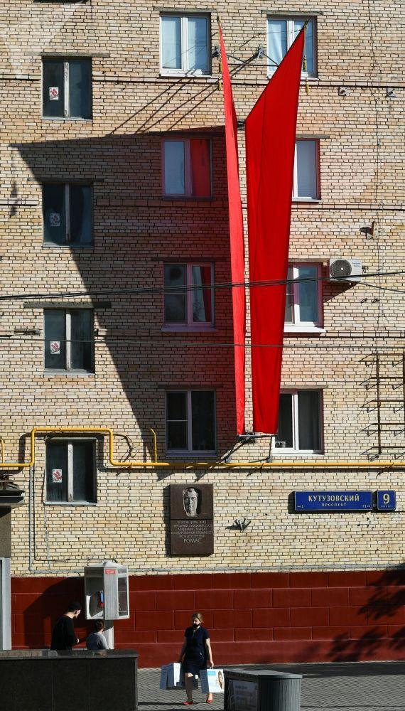Кутузовский проспектисиндеги үйгө тагылган желектер