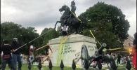 В Вашингтоне группа демонстрантов, протестующих против расизма и полицейского произвола, попыталась свалить памятник седьмому президенту США Эндрю Джексону, установленному возле Белого дома.