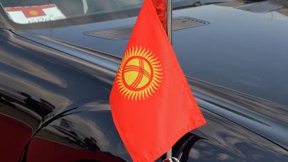 Флаг на автомобиле кортежа президента. Архивное фото