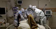Медицинские работники ухаживают за пациентом. Архивное фото
