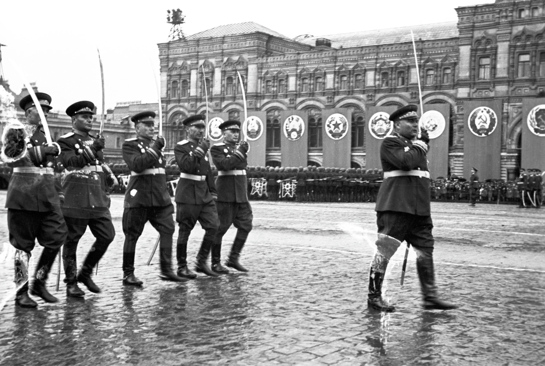 Маршал Советского Союза Родион Яковлевич Малиновский и командующие армиями 2 Украинского фронта на Параде Победы 24 июня 1945 года на Красной площади. Великая Отечественная война 1941-1945 годов.