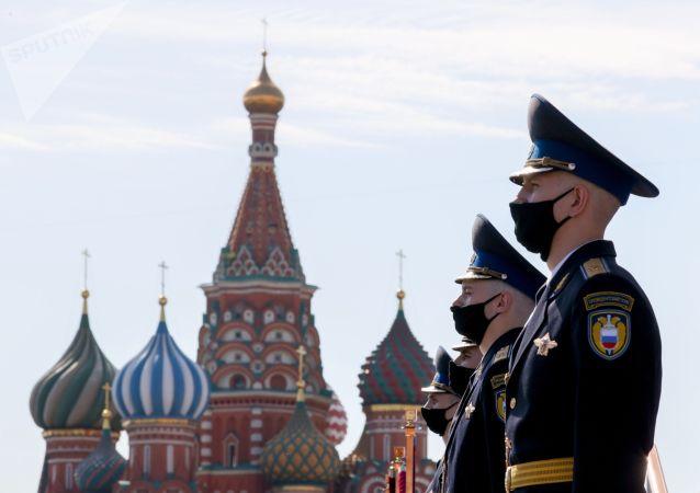 Военнослужащие Президентского полка перед началом военного парада в ознаменование 75-летия Победы в Великой Отечественной войне 1941-1945 годов на Красной площади в Москве.