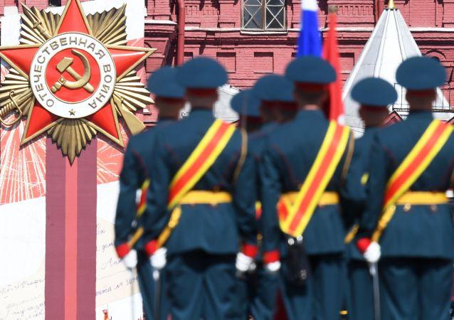 Военнослужащие парадных расчетов перед началом военного парада в ознаменование 75-летия Победы в Великой Отечественной войне 1941-1945 годов на Красной площади в Москве.
