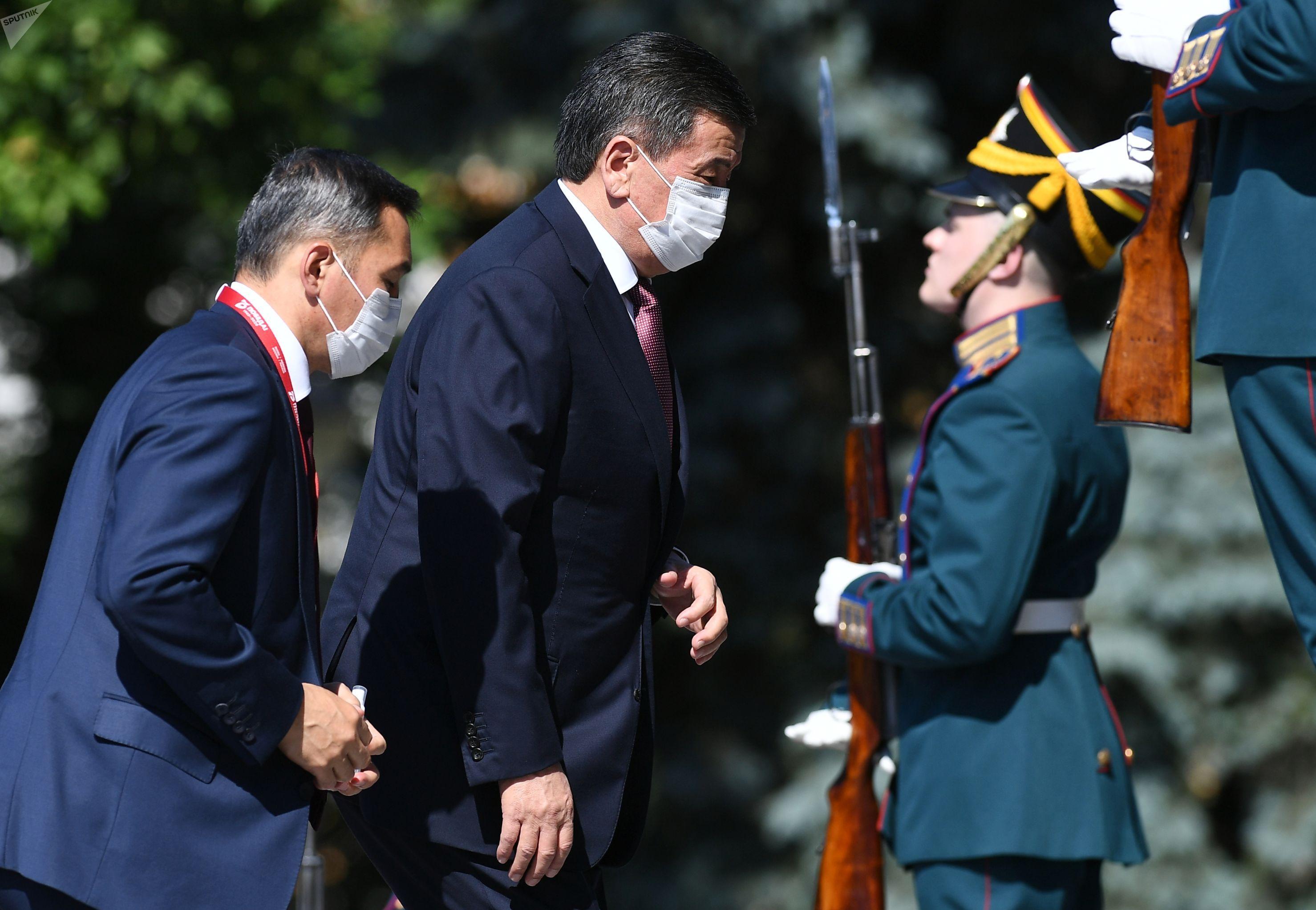 Президент Киргизии Сооронбай Жээнбеков прибыл в Московский Кремль перед началом военного парада в ознаменование 75-летия Победы в Великой Отечественной войне 1941-1945 годов.