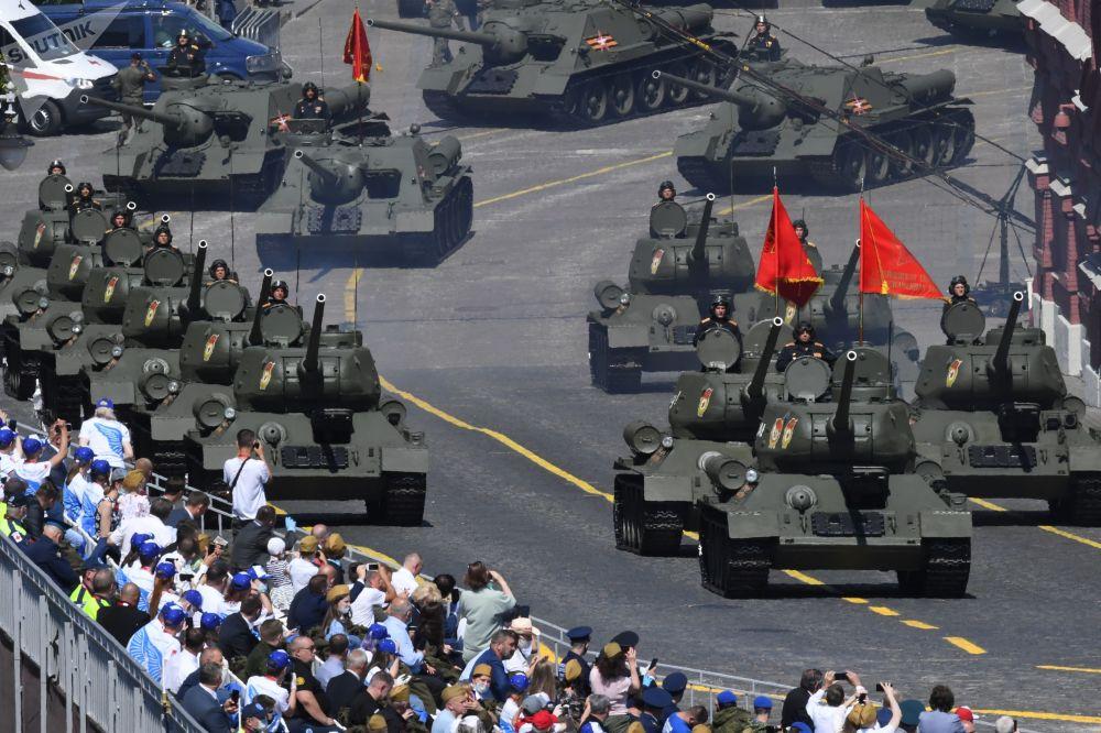 Аскердик параддан өткөн Т-34-85 танктары