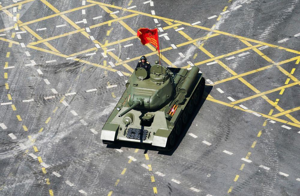 Жеңиш парадындагы Т-34-85 танкы